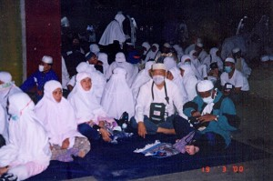 Sun March 19, 2000 (13 Dzulhijjah 1420). Another picture of us waiting for Subuh time near Jamrah Al-Shughra after completing the 12 Dzulhijjah's jamrah stonings.