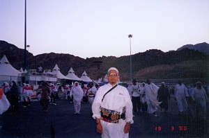 Sun March 19, 2000 (13 Dzulhijjah 1420). Around 6:40 am. Me nearing our camp in Mina, after completing the final jamrah stonings.