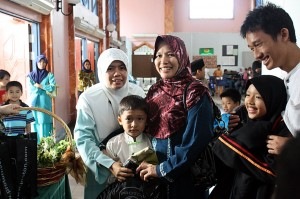 Lokman, Adib's friend was number 4 to came out of the operations room. Here he was proudly held by his smiling mum and Cikgu Tipah, with his smiling big brother and sister looking on